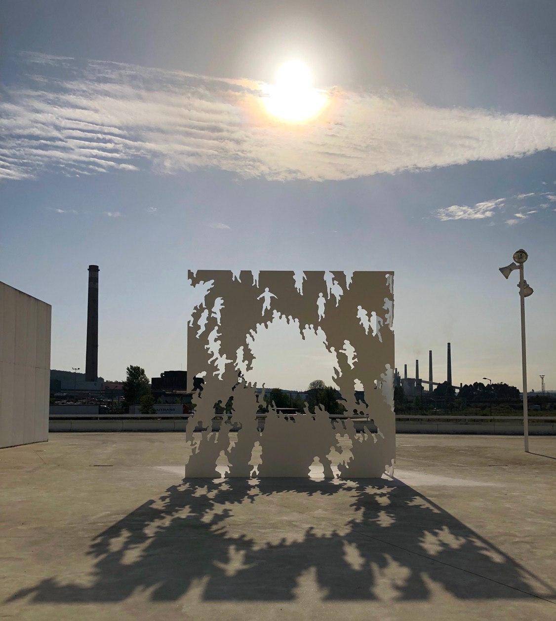 """La escultura """"Transbase"""", donada por Juan Genovés, ya forma parte del Centro Niemeyer y del patrimonio de todos los asturianos"""