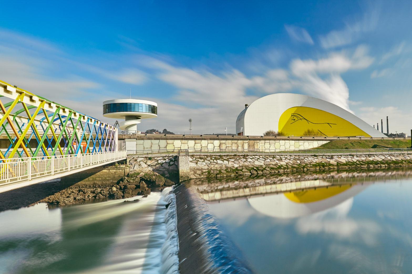 Acceso al Centro Niemeyer por el puente de San Sebastián