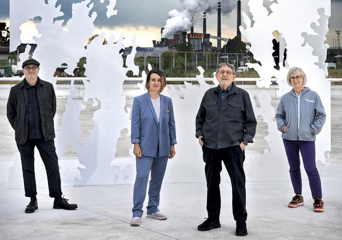 """Juan Genovés y sus hijos posan frente a la escultura """"Transbase"""", en el Centro Niemeyer"""
