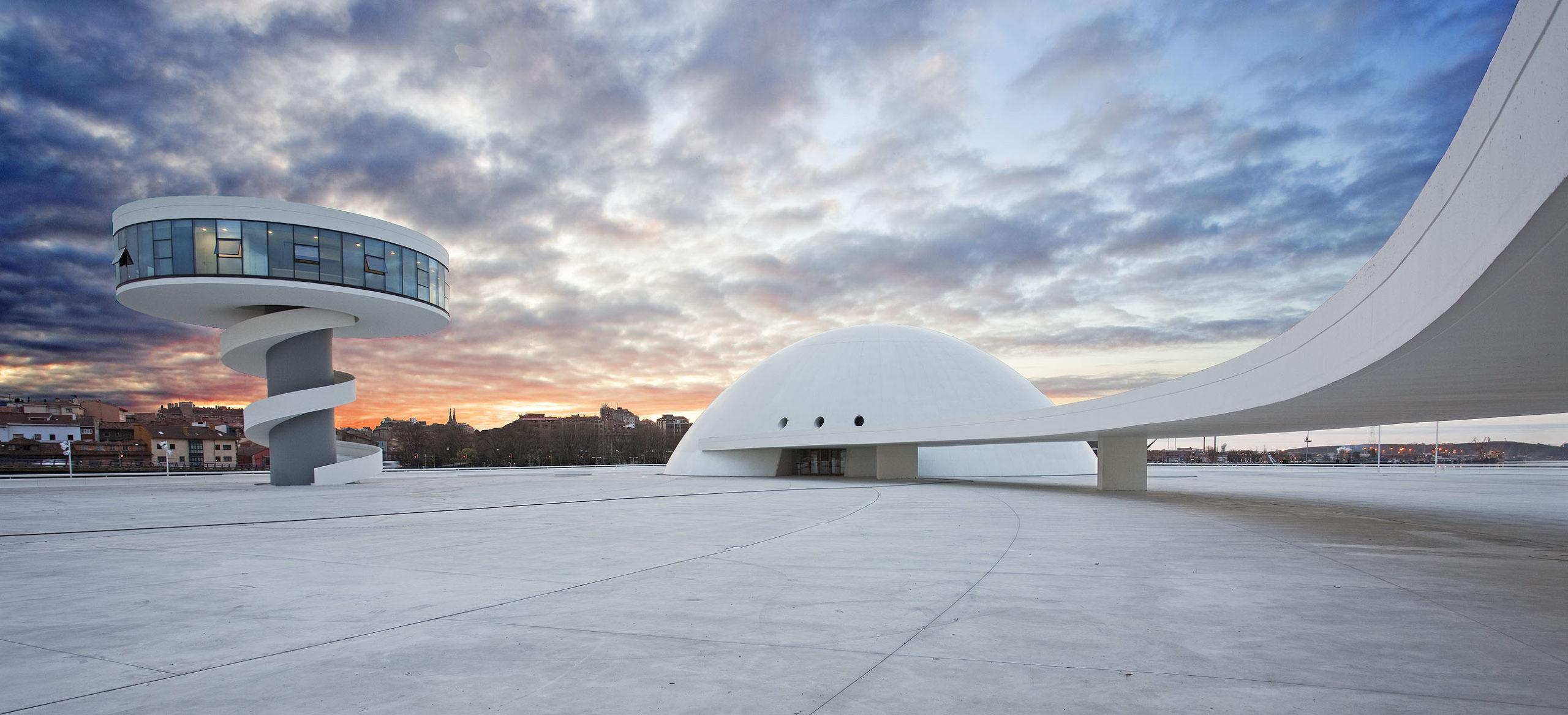 La exposición «Centro Niemeyer. Reflejos de Asturias» inicia en Llanes su recorrido por la geografía asturiana