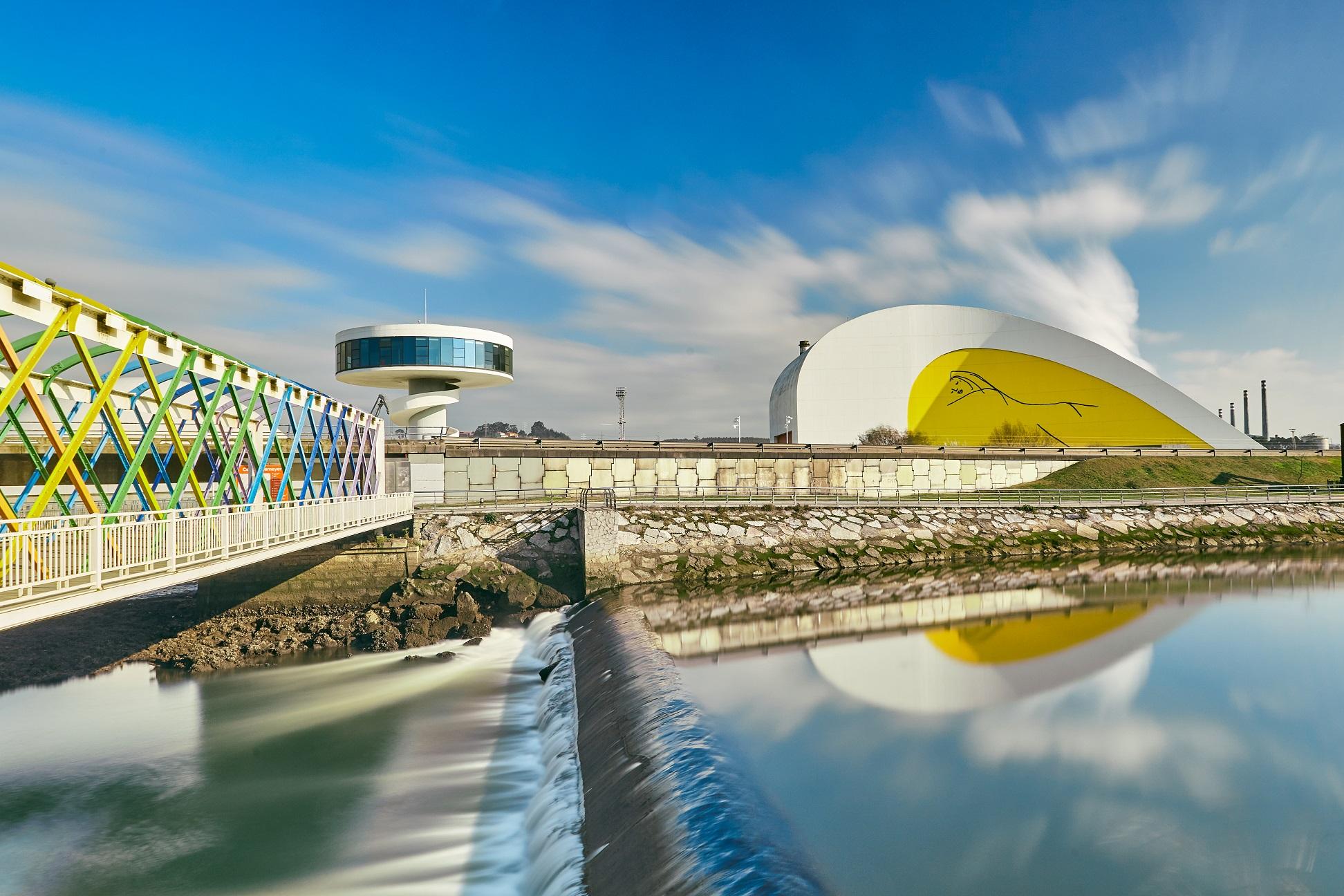 Navia, nueva sede de la exposición itinerante «Centro Niemeyer. Reflejos de Asturias»