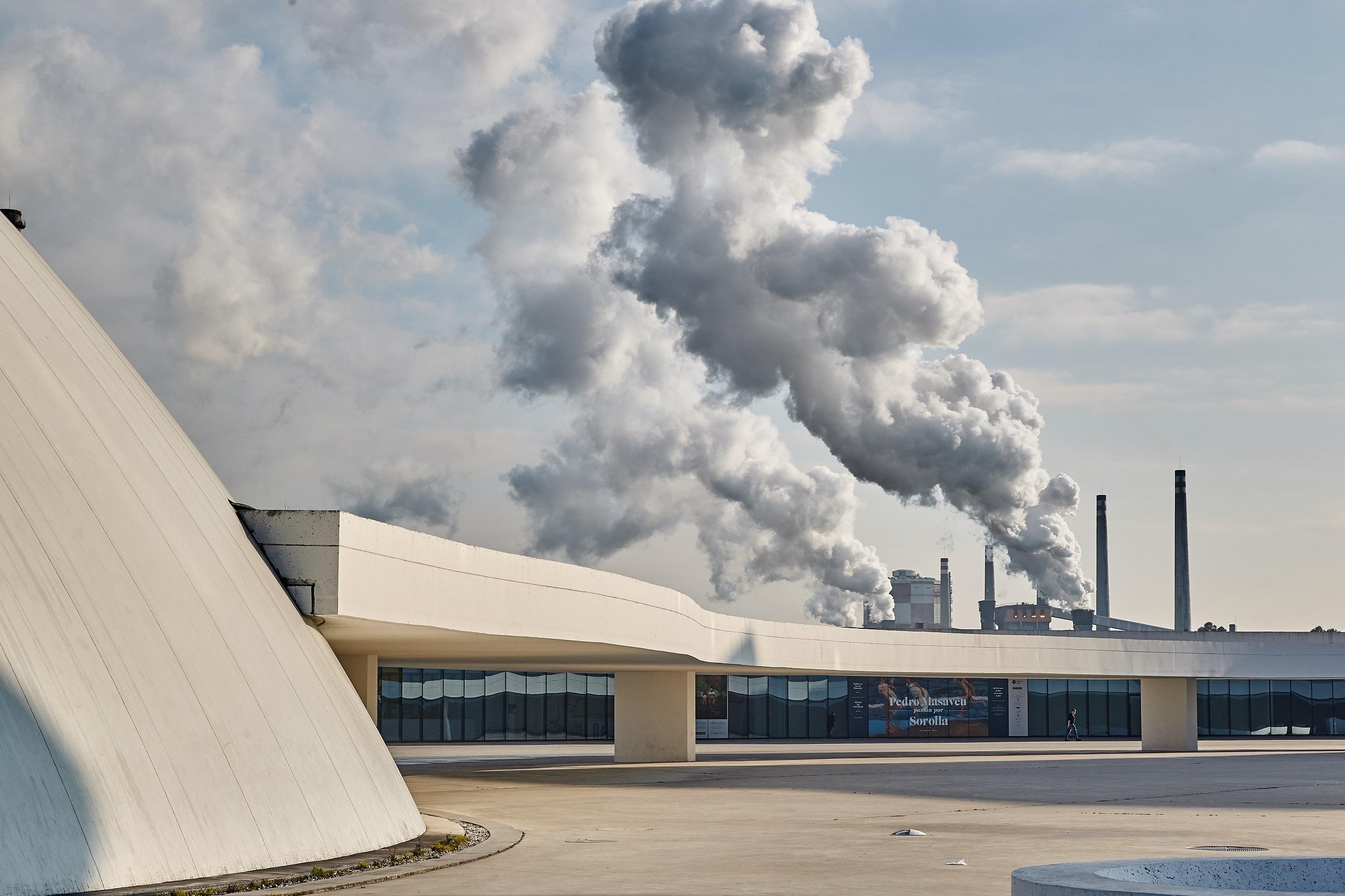 La exposición itinerante Centro Niemeyer. Reflejos de Asturias llega a Lena / L.lena