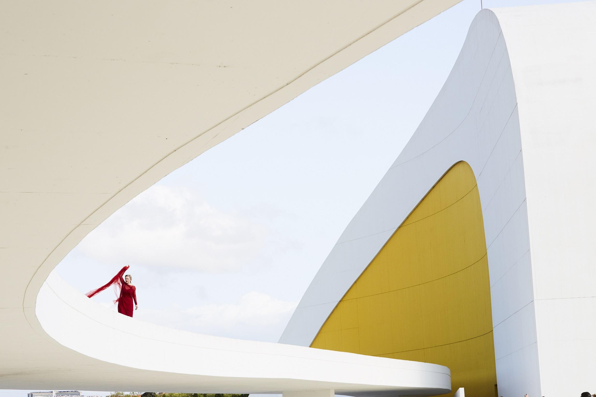 La exposición itinerante Centro Niemeyer. Reflejos de Asturias llega a Tineo / Tinéu
